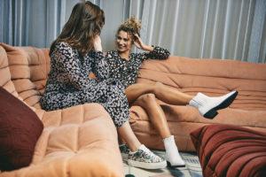 Meisjes met Deabused-laarzen